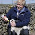 Le Premier ministre britannique Boris Johnson visite la ferme Moor à Stoney Middleton, Derbyshire, Royaume Uni, le 23 avril 2021.