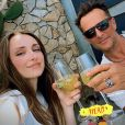 Emma Smet et son père David Hallyday trinquent sous le soleil au Portugal.