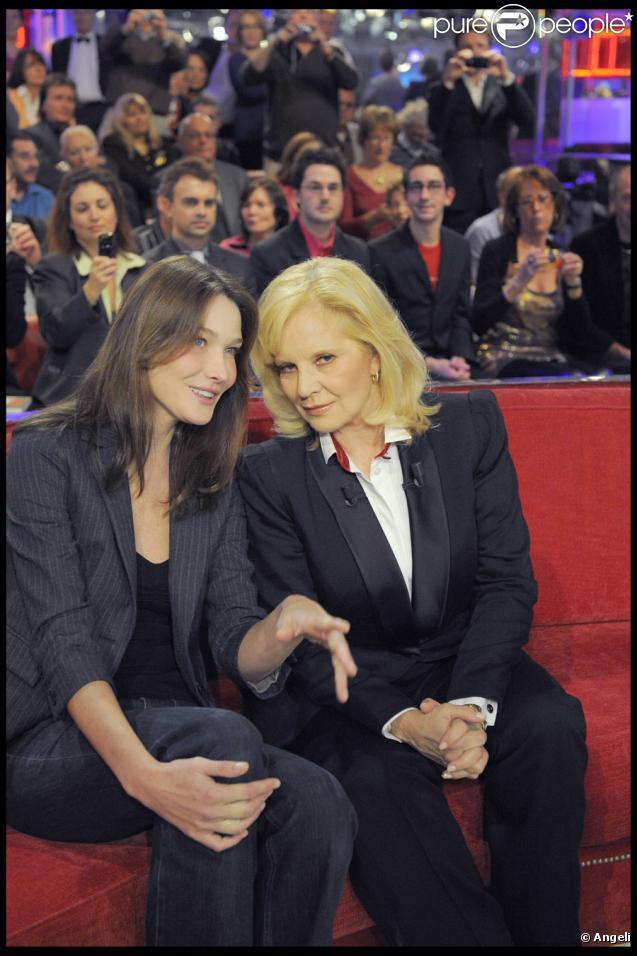 Carla Bruni et Sylvie Vartan durant l'émission Vivement Dimanche sur France 2 diffusée le 8 novembre 2009 à la télévision