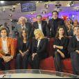 Sylvie Vartan entourée de Mika, Didier Barbelivien, Carla Bruni, Michel Drucker, Guillaume Gallienne, Emmanuelle Devos et François Cluzet durant l'émission Vivement Dimanche sur France 2 diffusée le 8 novembre 2009 à la télévision