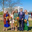 Le roi Willem-Alexander et la reine Maxima des Pays-Bas avec leurs filles la princesse Alexia des Pays-Bas, la princesse Ariane des Pays-Bas et la princesse Catharina-Amalia des Pays-Bas à Eindhoven, le 27 avril 2021.
