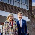 Le roi Willem-Alexander des Pays-Bas et la reine Maxima des Pays-Bas assistent à l'ouverture nationale des Jeux du roi à l'école primaire Vlinderslag à Amersfoort, le 23 avril 2021.