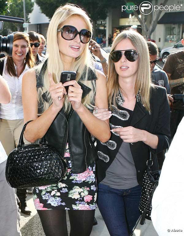Paris Hilton et sa soeur Nicky font du shopping jusqu'à plus soif