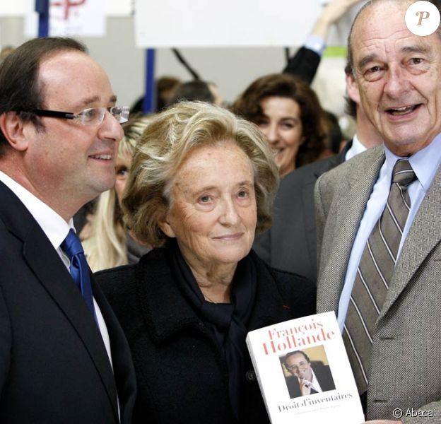 Jacques Chirac a dédicacé des centaines d'exemplaires du premier tome de ses mémoires à la Foire du Livre de Brive, soutenu par sa femme et sa fille, et a partagé l'affiche avec François Hollande