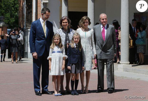 Le roi Felipe VI d'Espagne, la reine Letizia d'Espagne avec leurs filles Leonor et Sofia, la reine Sofia d'Espagne et le roi Juan Carlos d'Espagne - Première communion de la princesse Leonor à Madrid en Espagne le 20 mai 2015.