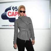 Rihanna comme on l'a rarement vue : très frileuse et... presque souriante !