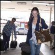 Jennifer Love Hewitt et son amoureux l'acteur Jamie Kennedy s'envolent en week end... A l'aéroport de Burbank, ils apparaissent  so in love  !