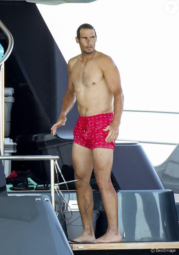 Rafael Nadal passe du bon temps avec des amis sur un yacht à Formentera, le 26 juin 2021.