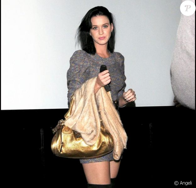 Katy Perry à la sortie du restaurant Mr Show à Los Angeles, accompagnée d'un garde du corps le 16 novembre 2009