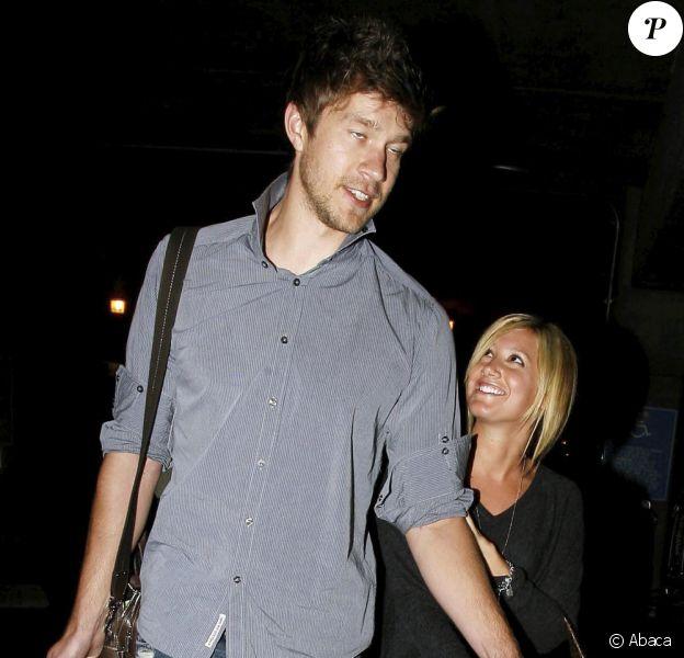 Ashley Tisdale, haute comme trois pommes, et son géantissime boyfriend Scott Speer, de retour du Mexique, à l'aéroport international LAX de Los Angeles, le 17 novembre 2009.