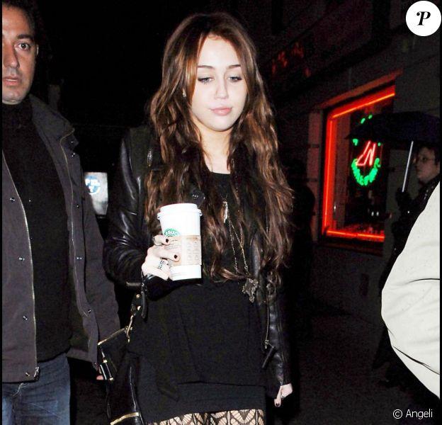 Miley Cyrus, anéantie par l'accident mortel qui a touché son chauffeur de bus. Elle poste un message de soutien à la famille du défunt sur son site officiel.