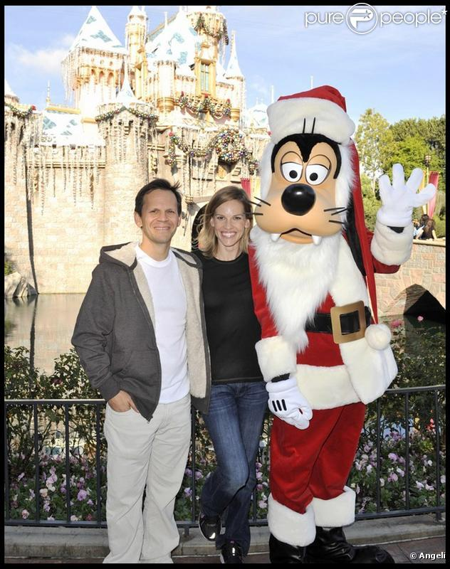 Hilary Swank avec son homme John Campisi à Disneyland pendant les vacances le 22 novembre 2009 en Californie