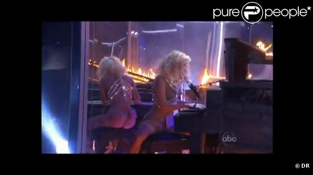 Lady Gaga et son piano en feu lors des American Music Awards le 22 novembre 2009 à Los Angeles