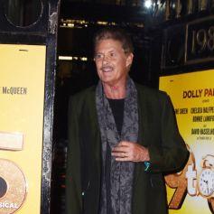 """David Hasselhoff signe des autographes à ses fans en quittant le théâtre Savoy où il joue dans la comédie musicale """"9 to 5"""" à Londres, le 2 décembre 2019."""