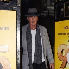 """David Hasselhoff signe des autographes à ses fans en quittant le théâtre Savoy où il joue dans la comédie musicale """"9 to 5"""" à Londres, le 3 décembre 2019."""