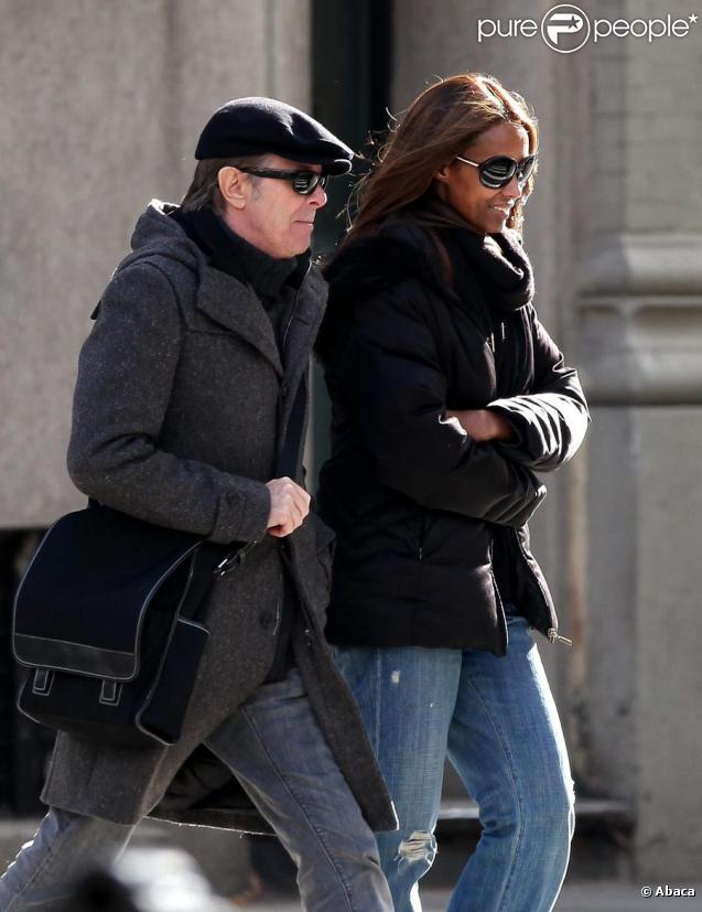 David et Iman Bowie rentrent chez eux après une réunion dans l'école de leur fille Alexandra ''Lexi'' Zahra le 6 novembre 2009 à New York