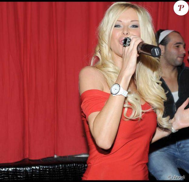 Angie (Secret Story 3) donnait un showcase au Six Seven à Paris, le 26 novembre. Cherche-t-elle un producteur ?