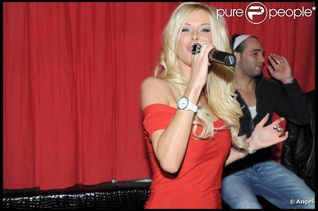 Angie ( Secret Story 3 ) donnait un showcase au  Six Seven  à Paris, le 26 novembre. Cherche-t-elle un producteur ?