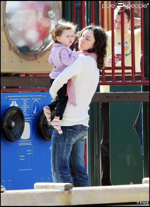 Sara Gilbert, sa fille Sawyer et son fils Levi dans un parc de Beverly Hills le 29 novembre 2009