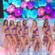 A quelques minutes de l'annonce des 5 finalistes, voici les 12 demi-finalistes qui défilent en maillots de bain 2 pièces... Deuxième grand moment sexy de la soirée !