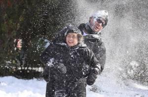 Hugh Jackman et ses enfants : Bataille géante de boules de neige !