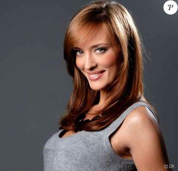 La charmante Kelly Bochenko, destituée de son titre de Miss Paris 2009 à cause de photos trash...