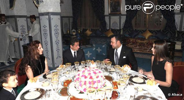 Nicolas et Carla Sarkozy sont reçus par le Roi Mohammed VI au Maroc pour les fêtes de Noël. Le 27 décembre, ils sont les invités d'honneur d'un dîner dans le palais Jnane Lekbir