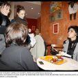 Rachida Dati avec des jeunes dans un bistrot à Strasbourg