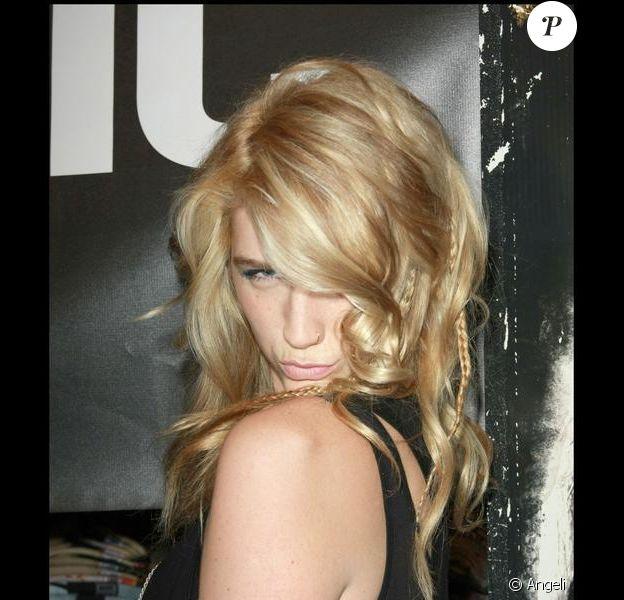 La chanteuse Ke$ha dédicace son album au magasin Hot Topic à Hollywood le 9 janvier 2010