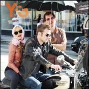 Quand Christina Aguilera, sexy à souhait en pin-up, s'agrippe à un séduisant motard !