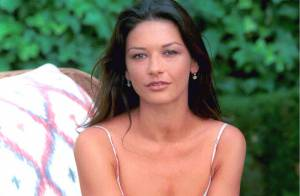 Regardez Catherine Zeta-Jones transformée en Shérazade avec des coquillages... pour seul bikini ! Sexy !