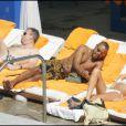 Cuba Gooding Jr tenterait-il d'avoir le numéro de cette jolie brune en maillot blanc ?