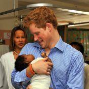"""Pendant que le prince Harry est attendri par son """"premier bébé"""", Camilla et Charles... se gèlent sous la neige !"""