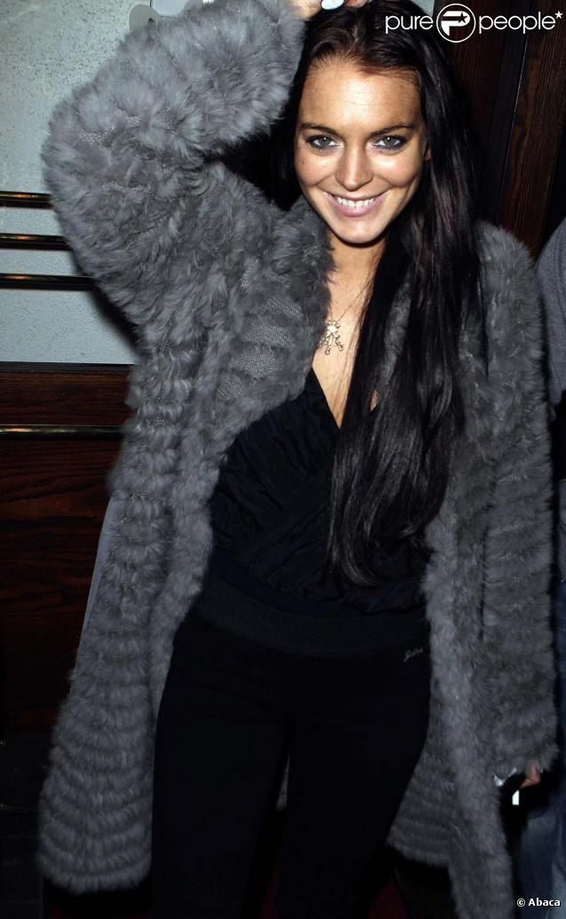 Lindsay Lohan souriante à la sortie d'un restaurant de Los Angeles, le 4 février 2010 !