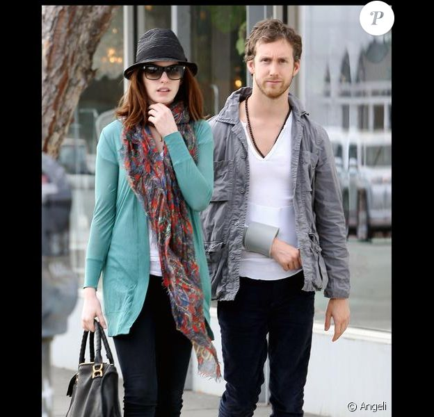 Anne Hathaway et son ami Adam Shulman dans les rues de Los Angeles, le 3 février 2010