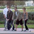Après avoir déjeuné chez Paul, Jessica Alba, son mari Cash Warren et leur fille Honor rejoignent Joel Madden et des amis pour faire de la trotinette à Miami le 6 février 2010.