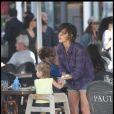 Jessica Alba, son mari Cash Warren et leur fille Honor ont déjeuné chez Paul à Miami le 6 février 2010.