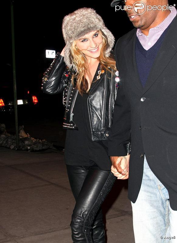 La chanteuse Kesha se balade avec des amis avant d'aller donner un concert à New York le 14 février 2010