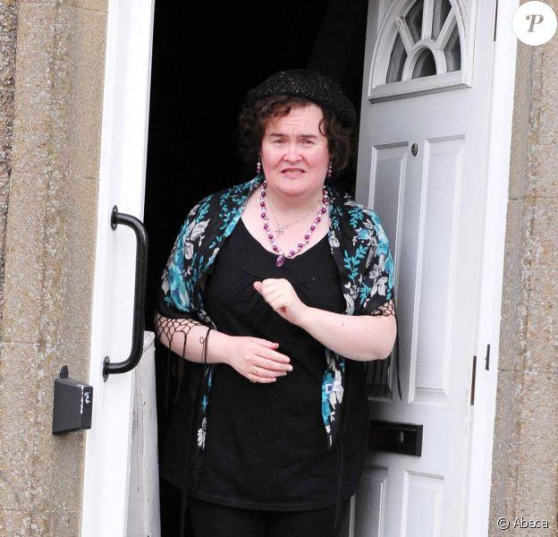Susan Boyle sur le perron de sa porte accueille un livreur, à Blackburn, le 23 février 2010 !