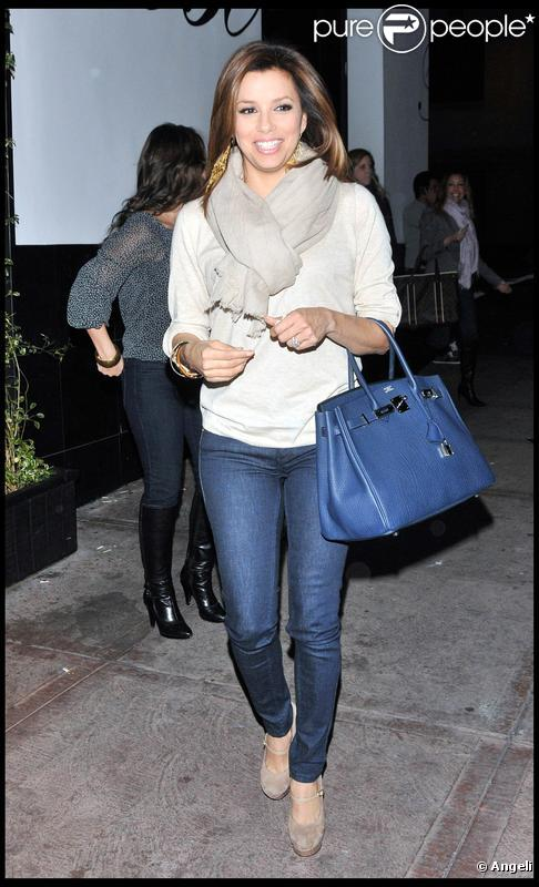 La belle Eva Longoria sortant de son restaurant de Los Angeles El Beso, le 23 février 2010