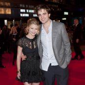 Robert Pattinson enlace la magnifique Emilie de Ravin... devant la petite bombe Holly Valance !