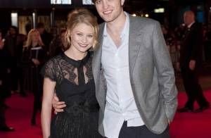 Robert Pattinson enlace la magnifique Emilie de Ravin... devant la petite bombe Holly Valance !