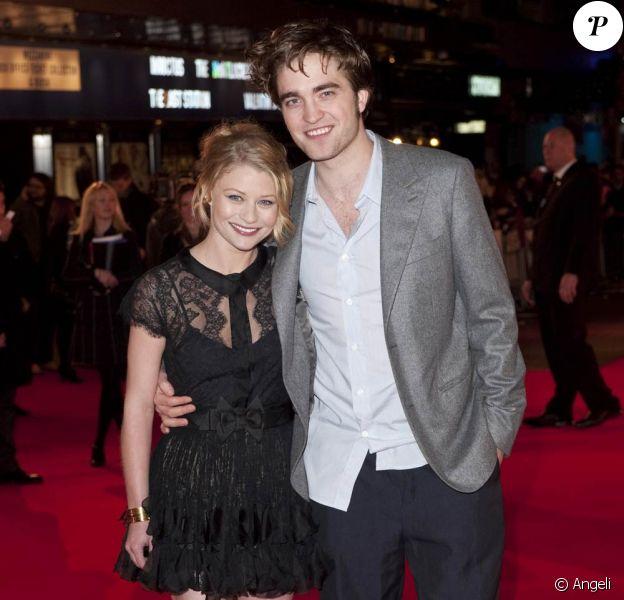 Robert Pattinson et Emilie de Ravin, à l'occasion de l'avant-première anglaise de Remember Me, qui s'est tenue à l'Odeon Cinema de Leicester Square, à Londres, le 17 mars 2010.
