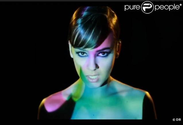 Alizée dévoilera le 29 mars 2010 son nouvel album,  Une Enfant du siècle  : mais, déjà, elle irradie, insaisissable pin-up, le clip de  Les Collines