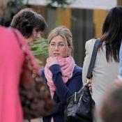 Jennifer Aniston casse le mythe : cheveux attachés, lunettes, gilet, écharpe... On la préfère au bras de Gerard Butler !