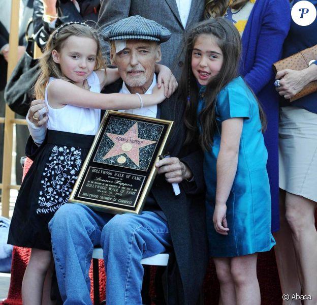 Le 26 mars 2010, Dennis Hopper, affaibli par son cancer, recevait son étoile sur Hollywood boulevard