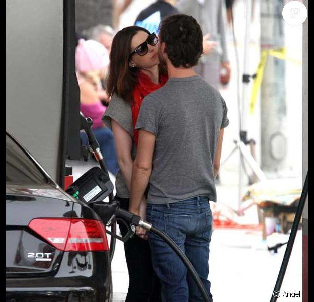 Anne Hathaway et son petit ami Adam Shulman à Santa Monica