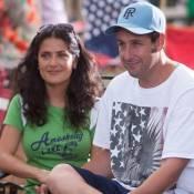 Regardez les délirantes retrouvailles entre Salma Hayek et Adam Sandler... 30 ans après leur rencontre !
