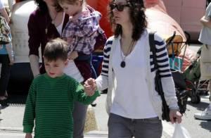 Sara Gilbert avec ses enfants : elle s'affiche avec son amoureuse... mais toujours aussi peu souriante !