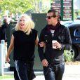 Gwen Stefani et son mari Gavin Rossdale font quelques emplettes dans un magasin de jouets de Malibu le 3 avril 2010